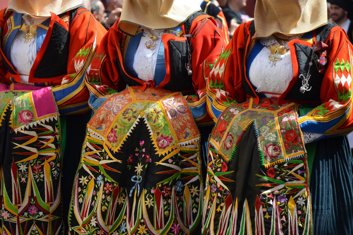 Traditional costumes and jewelry Is Cheas